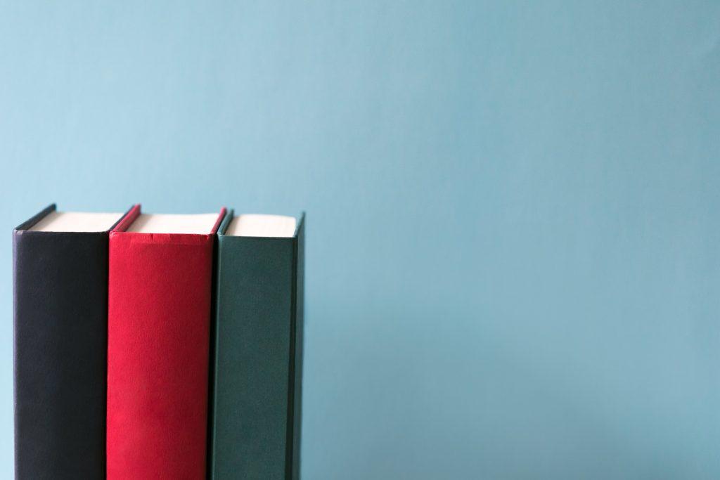 libros de tapa dura en fondo azul